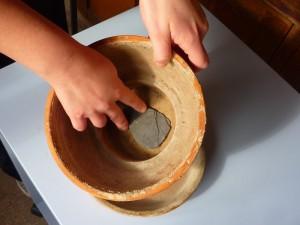 Mettere un pezzo di coccio sul foro di scolo del vaso